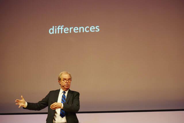 70歳を超えてもエネルギッシュな語り口は健在。「違い=Differences」をテーマに、不均質な環境=文化的にも知的にも不均質であることの重要さを力説する。photo by Takeshi Shinto