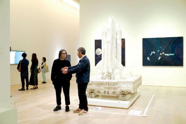 森美術館「宇宙と芸術展:かぐや姫、ダ・ヴィンチ、チームラボ」(2016年7月30日〜2017年1月9日)を二人で鑑賞。トムの作品《ザ・クローラー》の前で。