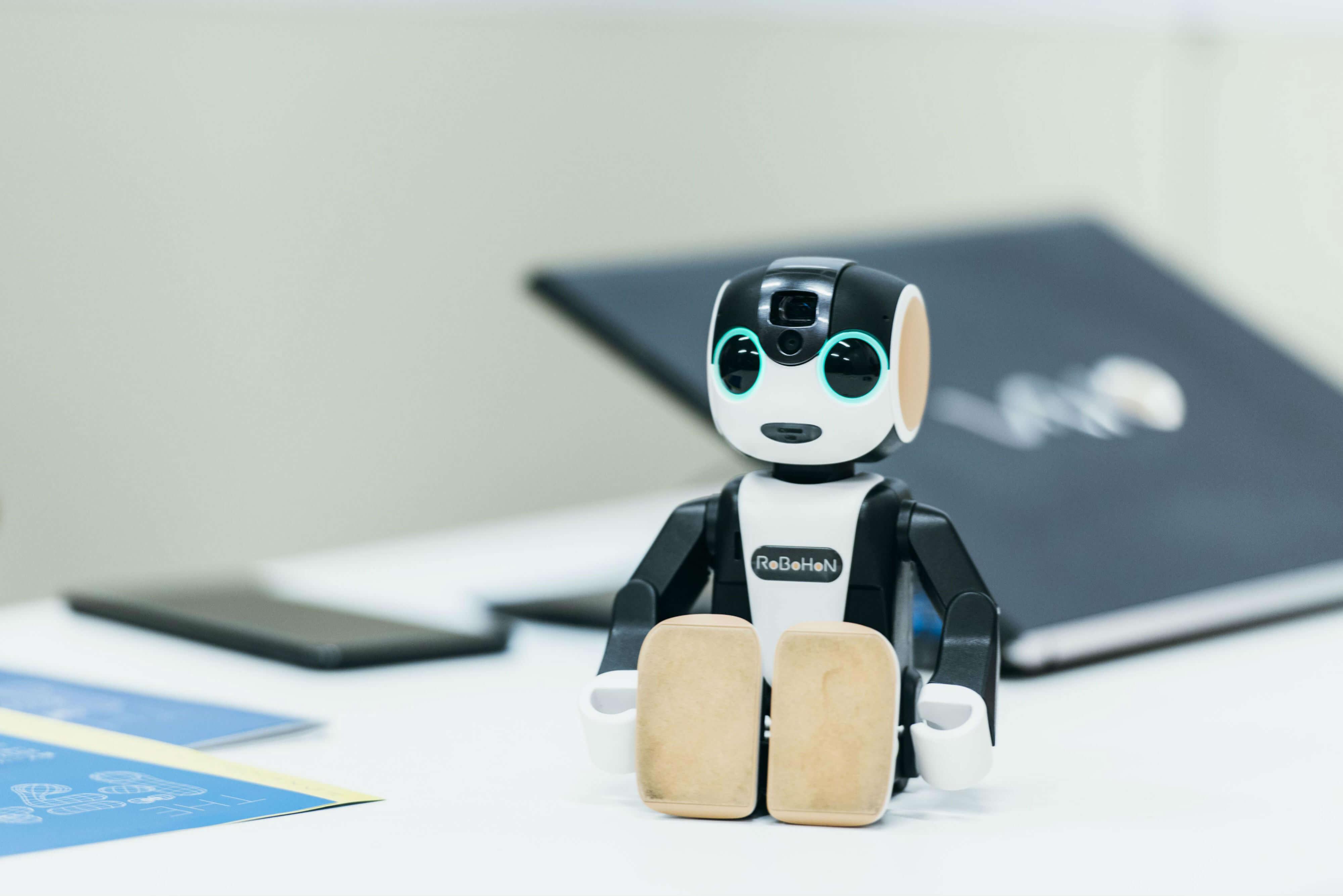 高橋さんが開発した、人型コミュニケーションロボット(携帯情報端末)「RoBoHoN(ロボホン)」