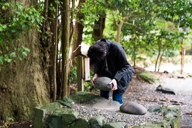 弥彦村の彌彦神社「重い軽いの石」と呼ばれる「火の玉石」|新潟県