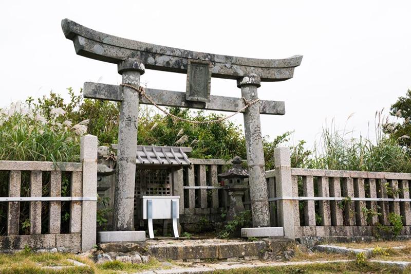 弥彦村 天香山命とその妻のお墓は、山頂駅から小径を歩いて15分ほどの彌彦神社奥宮にありました|新潟県