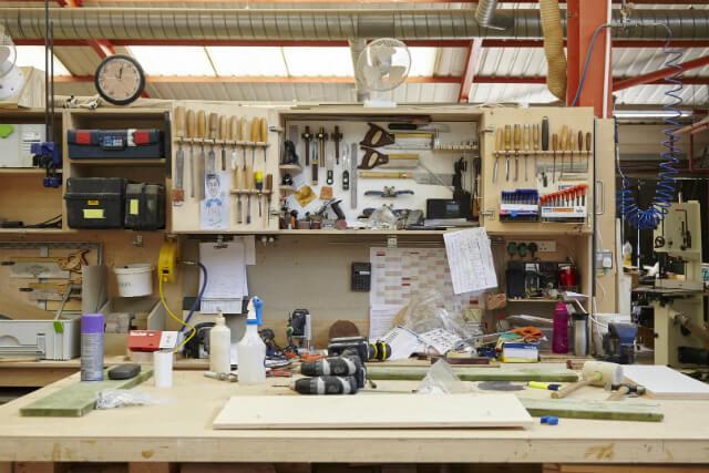 家具職人のショーン・サトクリフと共に創業した家具工房〈ベンチマーク〉では、「ザ・コンランショップ」以外にも、さまざまなデザイナーとのコラボレーションを通して多くの家具を作り出している。